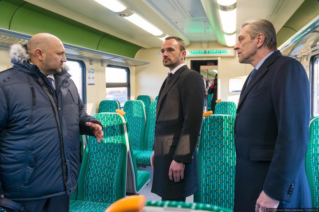 Министр транспорта Московской области Михаил Геннадиевич Олейник (в центре) осмотрел новый поезд