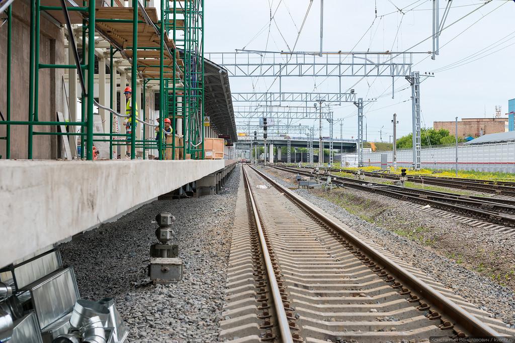 Пока что вход на станцию возможен только по временной лестнице в торце платформы