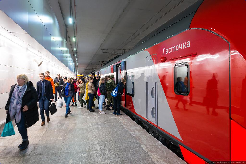 На «Площади Гагарина» много пассажиров и выходит, и входит