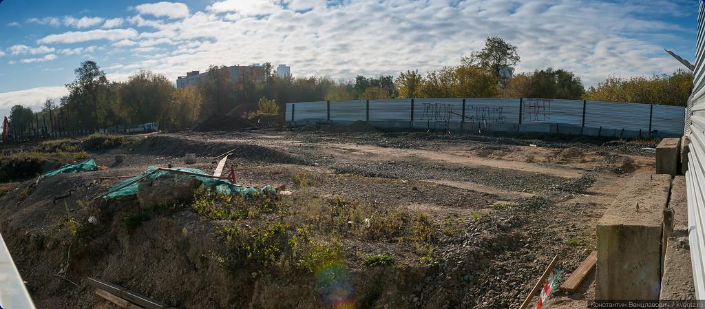 Пейзаж непосредственно за забором больше напоминает заброшенный пустырь