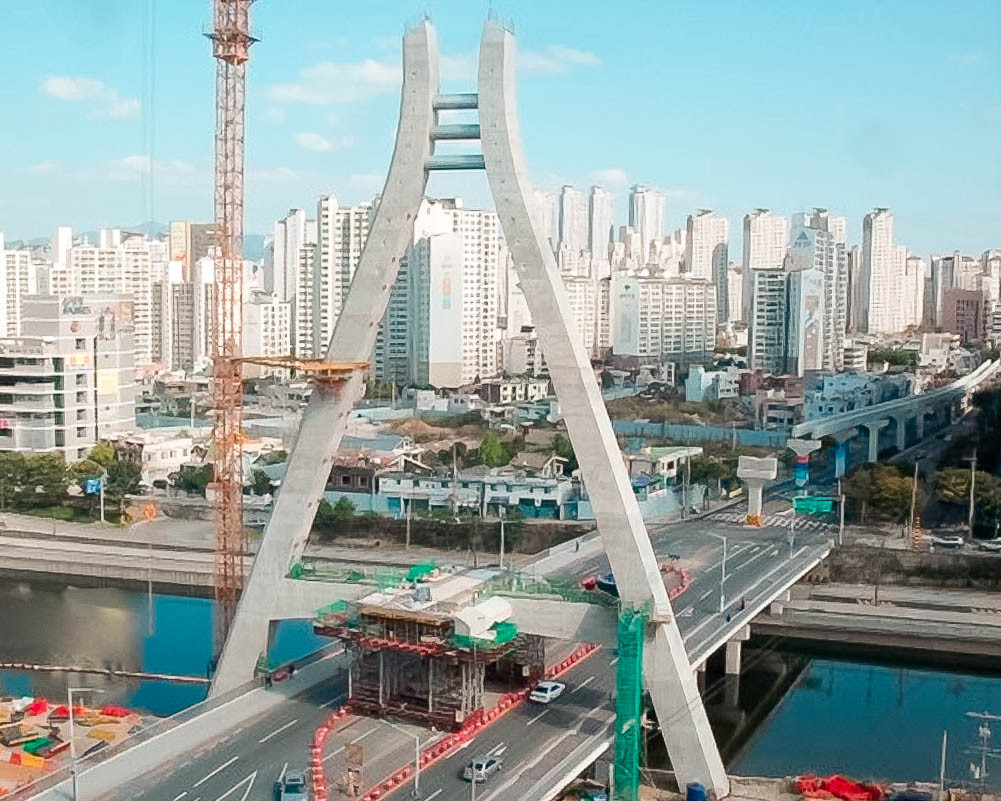 Строительство моста вторым уровнем над дорогой