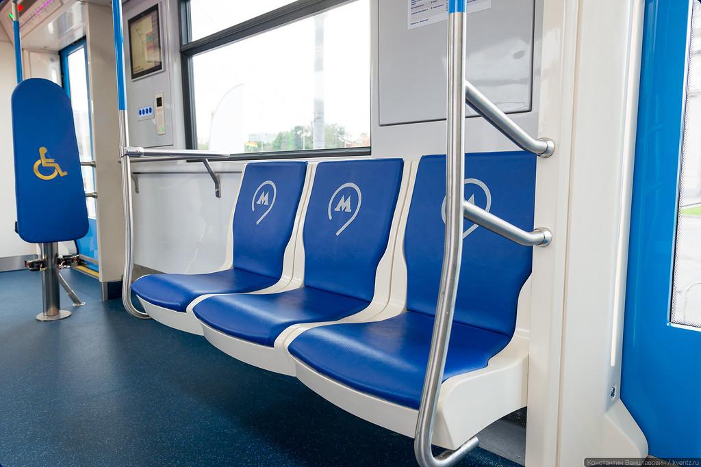 Нестандартный ряд из трёх сидений в головном вагоне
