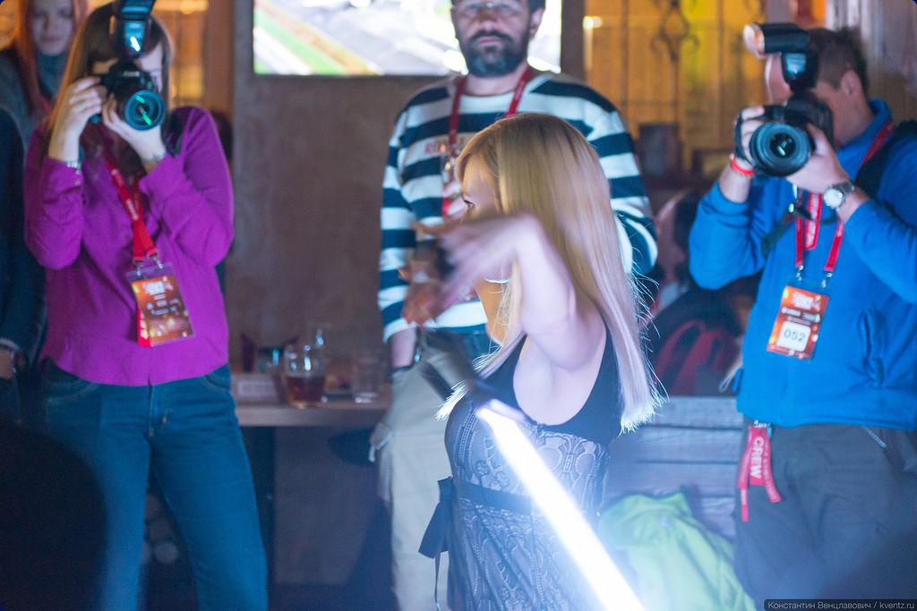 На сцену выходит Тая Лисова со своими световыми мечами