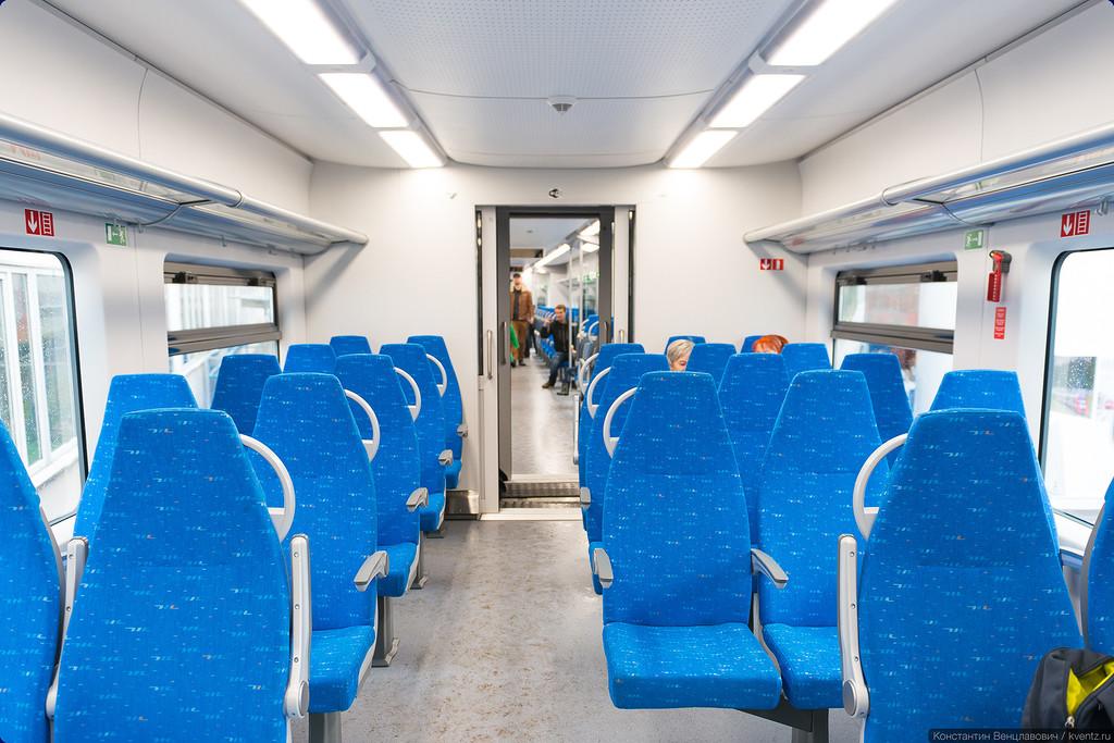 В некоторых вагонах встречается компоновка 2+3, при этом крайний ряд сидений перекрывает часть дверного проёма в торце вагона
