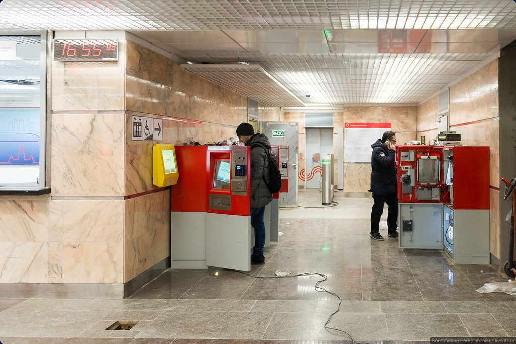 Лифт на платформу спрятался за кассами