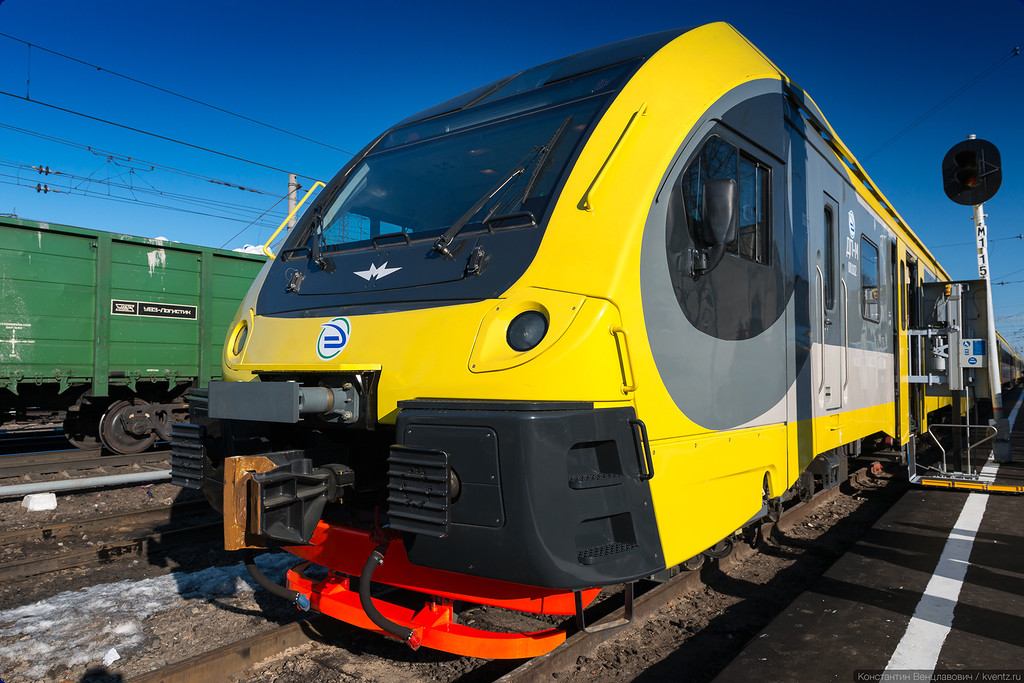Фирменный стиль железнодорожного подразделения «Метровагонмаша» угадывается и здесь