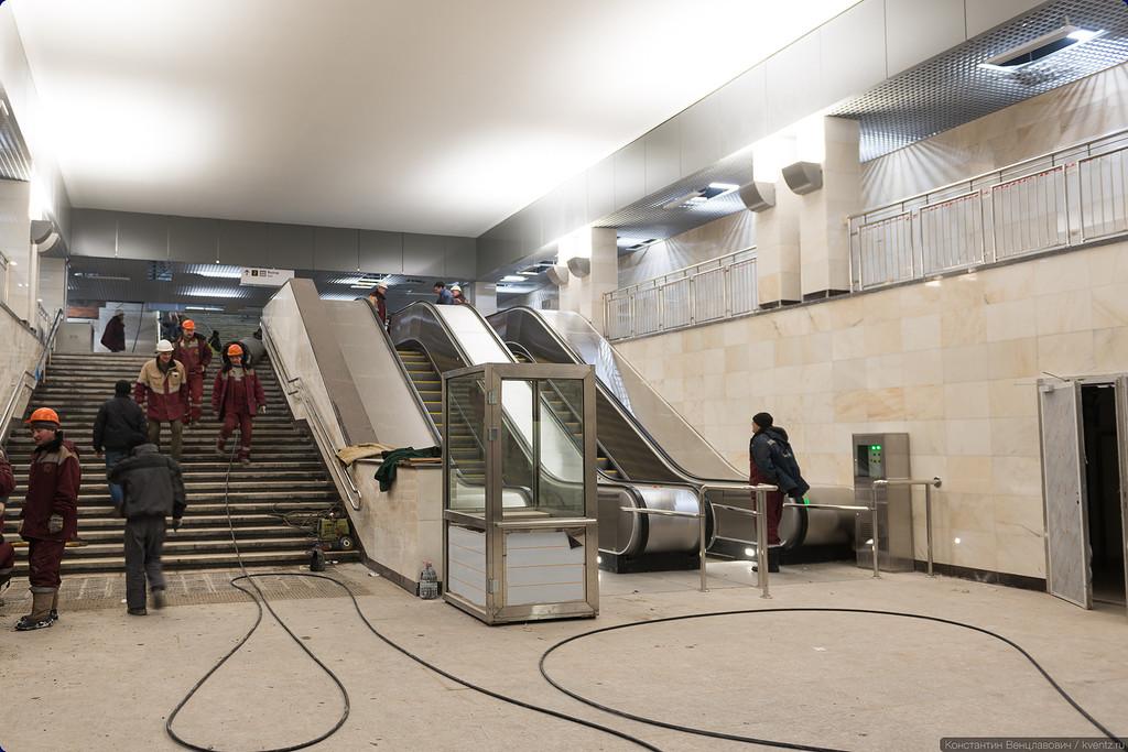Лестница и два претендующих на звание самых коротких эскалатора