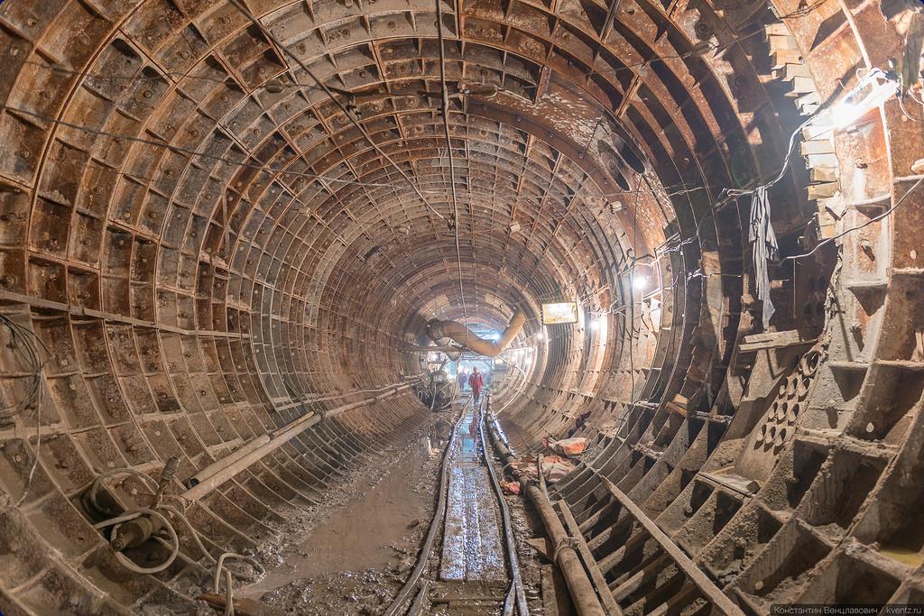 Правый перегонный тоннель (ППТ). Впереди по правую руку —станция
