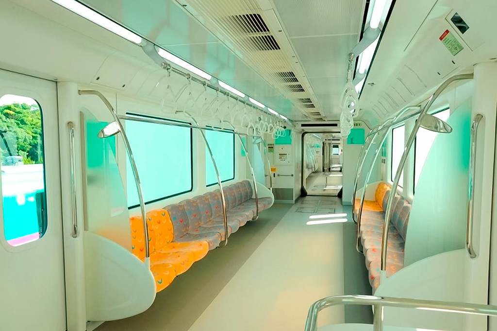 Интерьер вагона напоминает метрополитен. Через весь состав сделан сквозной проход