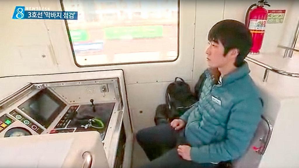 Поезда работают без машиниста, управление линией автоматизировано, но при необходимости можно воспользоваться пультом управления в головном вагоне