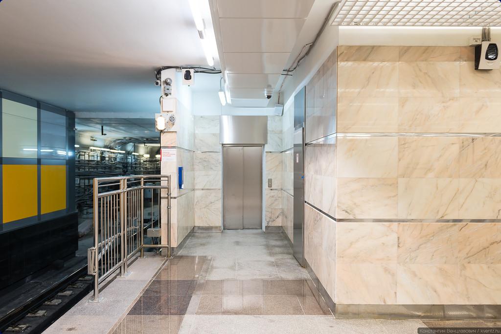 Пропущенный мной в прошлый раз лифт прячется в самом торце платформы, за лестницей