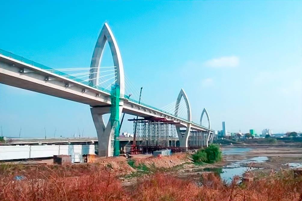 Строительство большого моста через реку