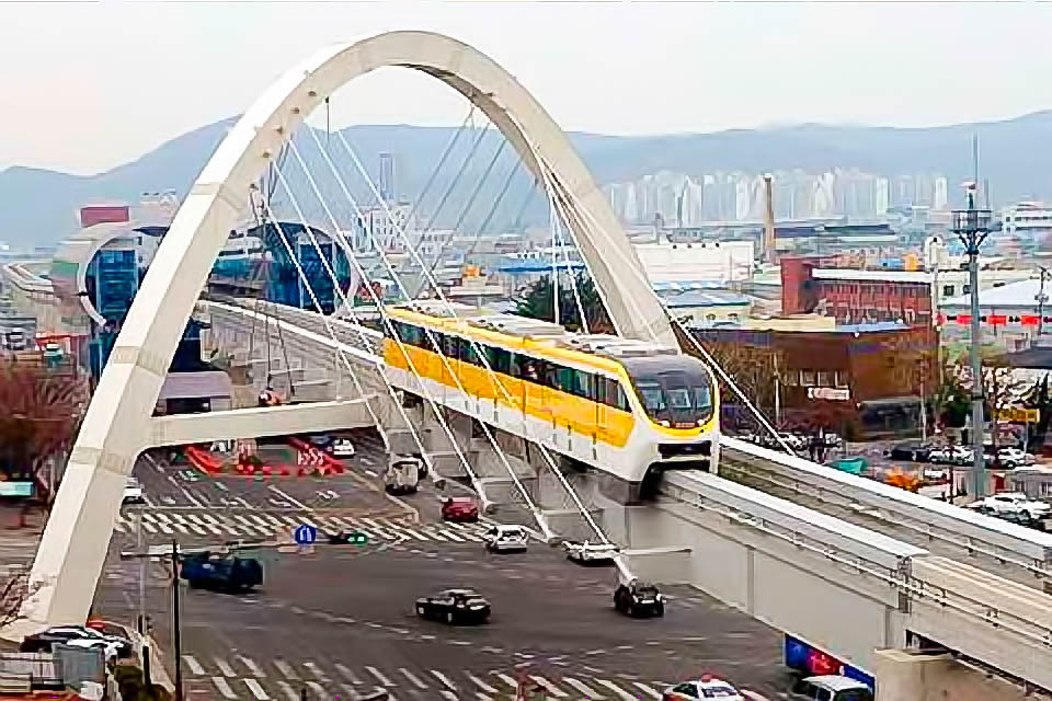 Уже построенный мост и станция за ним